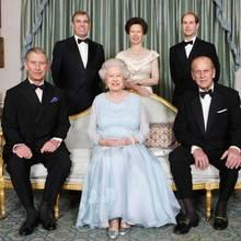 Dieses seltene Familienfoto aus jüngerer Zeit zeigt die Queen umgeben von ihren Kindern und ihrem Ehemann. Aufgenommen wurde es am 60. Hochzeitstag von Elizabeth und Philip am18. November 2007