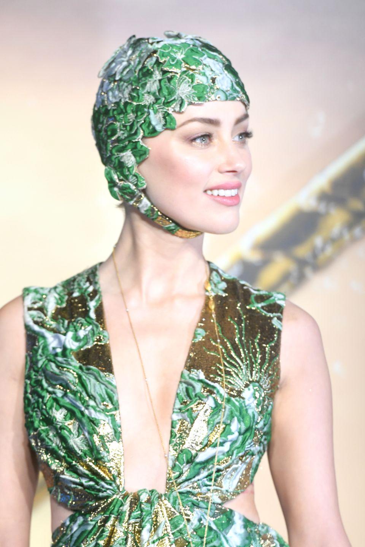 26. November 2018  Passend zum feuchtfröhlichen Actionspektakel erscheint Schauspielerin Amber Heard, sie verkörpert Mera -Königin von Atlantis, in der wohl modischsten Badehaube, die je eine Filmpremiere gesehen hat.