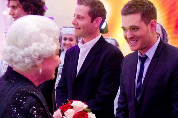 Bereits im Dezember 2009 hatte Michael Bublé Kontakt mit dem britischen Königshaus: Im Anschluss an die Royal Variety Performance in britischen Blackpool trifft er auf Queen Elizabeth