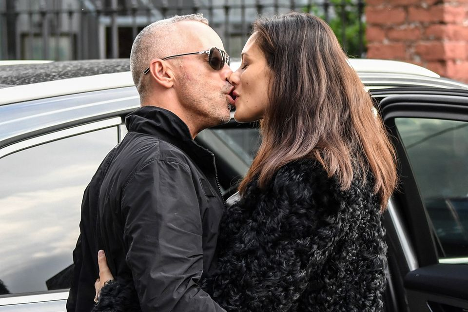Eros Ramazzotti ist mit Marica Pellegrinelli verheiratet, das Paar hat zwei Kinder. Aus der Ehe mit Michelle Hunziker stammt Tochter Aurora.