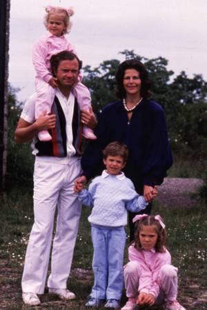 Königin Silvia lässt sich 1985 mit ihrer Familie fotografieren.