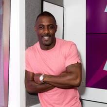 """2018: Idris Elba  Er mag vielleicht nicht der nächste James Bond werden, der Titel """"People'sSexiest Man Alive 2018""""dürfte aber ein guter Trostfür den """"Thor""""-Star sein. Für Damen, die sich Hoffnungen bei dem smarten Briten machen: Zu spät, Idris Elba hat sich mit seiner Freundin Sabrina Dhowre verlobt."""