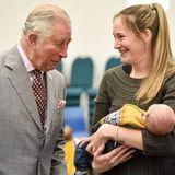 Prinz Charles ist bei der Eröffnung einer Kindergruppeganz verzückt von dem gerade mal vier Wochen alten Oliver Morris, sodass er seine Augen von dem Kleinen kaum lassen kann.