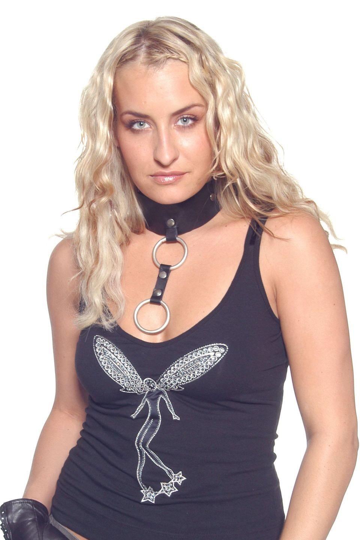 2002  Immer und immer wieder probiert Sarah Connor einen neuen Style aus. Mal trägt sie viel Lidschatten, dann wieder etwas weniger. Mal kommt sie mit lockigem Haar daher, dann wieder mit glattem. Bei der damals 22-Jährigen kann man nie wissen, wie sie bei ihrem nächsten Auftritt aussieht.