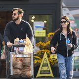 Ashley Greens Kühlschrank scheint leer zu sein. So eilt die Schauspielerin mit ihrem Verlobten Paul Khoury zum nächsten Supermarkt in Los Angeles. Bestens gelaunt verstaut das Pärchen die Einkäufe.