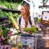 Dass Alessandra Meyer Wölden auf ihre Figur achtet und sich gesund ernährt, ist kein Geheimnis. Nun hat die schöne Blondine einen Schnappschuss aus dem Supermarkt auf ihrem Instagram-Account veröffentlicht. Mit allerlei Grünzeug und Obst im Einkaufswagen zeigt sich Alessandra bestens gelaunt.