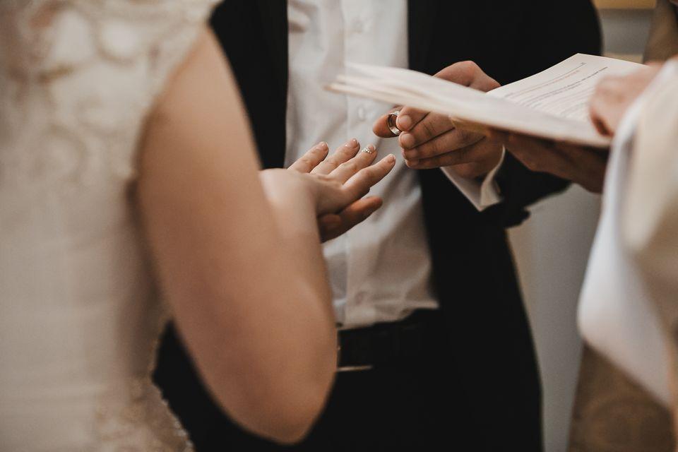 Ein Paar gibt sich traditionell das Ja-Wort