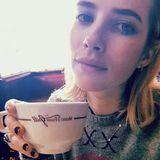 """In Los Angeles macht Schauspielerin Emma Roberts beim """"Musso & Frank""""-Restaurant Halt und gönnt sich eine große Tasse Kaffee."""