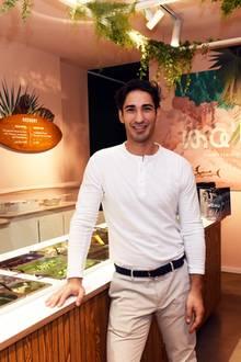 """In Köln feiertUmut Kekilli jetzt die Eröffnung seines hawaiianischen Restaurants """"Ma'loa.""""Die Kette hat sich auf Poké spezialisiert, hawaiianisches Essen, das aus rohem Fisch, Reis und Zutaten wie Frühlingszwiebeln und Sesam besteht. Stolz präsentiert Umut Kekilli seinen neuen Laden in der Kölner Innenstadt."""