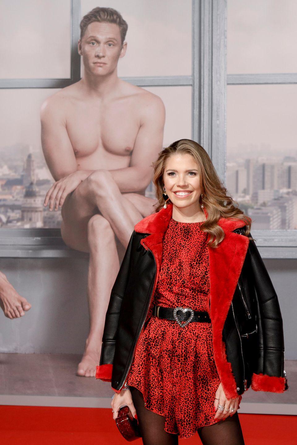 26. November 2018  Moderatorin und Sängerin Victoria Swarovski posiert liebend gerne vor den Nackedeis Florian David Fitz und Matthias Schweighöfer.