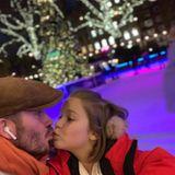26. November 2018  David Beckham scheint bereits in Weihnachtsstimmungzu sein. Wie auf seinem neuesten Instagram-Bild zu sehen ist, hat sich der einstige Fußballstar Töchterchen Harper geschnappt um mit ihr eine Runde Schlittschuh zu laufen. Die beiden haben auf ihren Schlittschuhen sichtlich Spaß. Bei diesem niedlichen Vater-Tochter-Gespann wird einem doch auch bei solch eisigen Temperaturen richtig warm ums Herz.