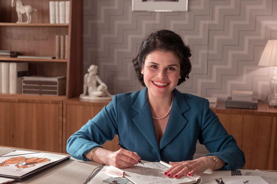Katharina Wackernagel als Verlegerin Aenne Burda in ihrem Büro in Offenburg