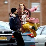 """Eine rothaarige Anne Hathaway tanzt ausgelassen auf einem Parkplatz in Brooklyn. Der oscarprämierte Superstar gehört zum Cast der kommenden Amazon-Serie """"Modern Love""""."""