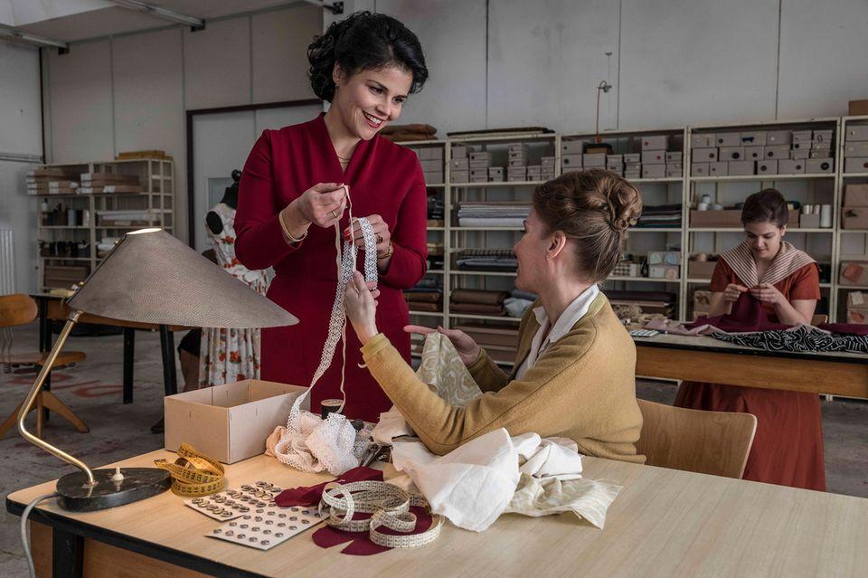 Aenne (Katharina Wackernagel) schaut sich jede Einzelheit bei der Entstehung der Modelle an