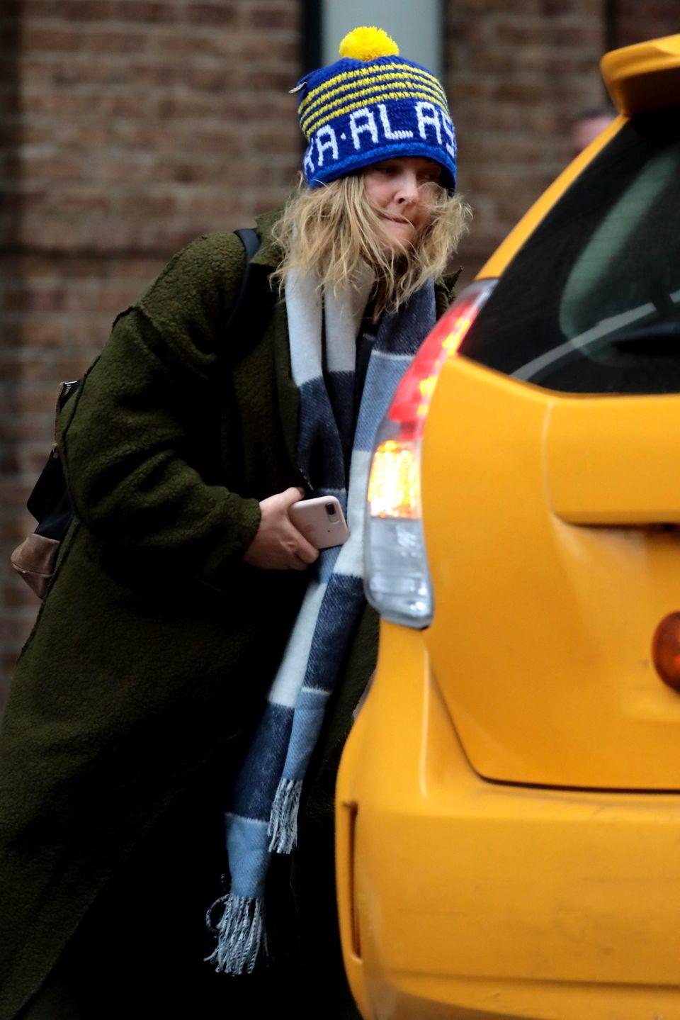 27. November 2018  Gut getarnt, dank übergroßer Wollmütze und Wuschelhaar, huscht Schauspielerin Drew Barrymore in ein New Yorker Taxi.