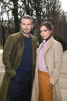 """David und Victoria Beckham  Schon lange bevor sich die beiden Superstars kennenlernen, findetDavid Beckham das damalige """"Spice Girl""""ziemlich scharf. In einem Interview gesteht der Fußball-Profi: """"Als ich das Video zu 'Say You'll Be There' sah, war ich hin und weg von ihr! Sie war das perfekte Mädchen für mich. Ich wusste schon damals, wenn sie mich will, dann bleiben wir für immer zusammen!"""" Und als sich der damalige Fußballer und Victoria 1997 bei einer Charity-Veranstaltung treffen, machtes zoom. Die Stilikone und David Beckham sind auch noch 20 Jahre danach ein Herz und eine Seele."""