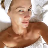 Für ihren tollen Teint setzt Alessandra Meyer-Wölden auf eine gründliche Beauty-Routine. Alle vier Wochen steht bei ihr eine tiefenreinigende Gesichtspflege mitMikrodermabrasion und alle drei Monate mit Microneedling an.