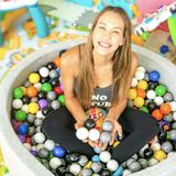 In ihrem Haus in Miami scheint es generell kunterbunt zuzugehen. Ein Spielteppich mit Straßenlandschaft, ein Bällebad, ganz viele Beißringe und Figuren - die Kinder von Alessandra Meyer-Wölden leben in einem richtigen Kids-Paradies, in dem auch ihre Mama fleißig mitspielt.