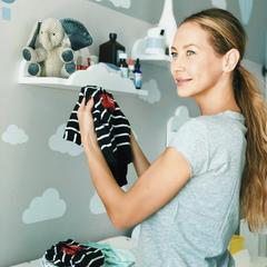 Einen weiteren Einblick ins Zimmer ihrer zwei Jüngsten liefert Alessandra Meyer-Wölden, als sie sich hier am Wickeltisch zeigt. Ihre Zwillinge scheint sie ähnlich anzuziehen, hat sie den gestreiften Strampler doch gleich doppelt.