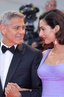 """George und Amal Clooney  George Clooney und Amal Alamuddin lernen sich über einen gemeinsamen Freund kennen. Berichten zufolge hat das spätere Pärchen beimersten Treffendie ganze Nacht lang geredet. Danach haben George und seine spätere Frau angefangen, sich Mails zu schreiben: """"Ich wusste nicht, ob sie mit mir ausgehen will - ich dachte, wir wären Freunde"""", erklärtder Schauspieler. Denn Amal sagt dem zu der Zeit wohl begehrtesten Junggesellen erst beim dritten Anlauf zu einem Date zu. Danach geht allerdings alles ganz schnell. Schon nach sieben Monaten geben sich George und Amal in Venedig das Jawort."""