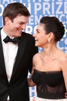 """Ashton Kutcher und Mila Kunis  Die beiden lernen sich schon sehr früh am Set für die Serie """"Die wilden Siebziger"""" kennen. Angeblich sollen Mila und Ashton sich zu der Zeit überhaupt nicht ausstehen können. Jahre später treffen sie sich auf einer Preisverleihung wieder.Danach habe sich aus ihrer platonischen Beziehung eine Freundschaft mit gewissen Vorzügen entwickelt. Doch schon bald wird aus der eher lockeren Beziehung eine ernste. Mila Kunis merkt, dass sie mehr als freundschaftliche Gefühle für Ashton Kutcher hegt, und gesteht ihm diese. Danach sei alles ganz schnell gegangen. Schon am nächsten Tag habe er den Vorschlag gemacht, zusammenzuziehen.Mittlerweile sind die Schauspieler seit 2015 verheiratet und Eltern von zwei gemeinsamen Kindern."""