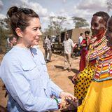 27. November 2018  Während ihrer Ostafrika-Reise besichtigt Dänemarks Prinzessin Mary ein Landschaftsschutzgebiet in Kenia. Neben den einheimischen Damen scheint ihr Outfit noch etwas farblos ...