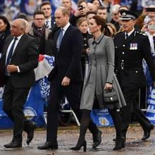 In der Hand hält sie eine kleine, schwarze Tasche von Aspinal London. Außerdem zeigt sie sich erneut mit einer schwarzen Samtschleife im Haar - das Accessoire war auch schon auf den Laufstegen der Fashion Weeks zu sehen und ist in Kates Fall von J.Crew.