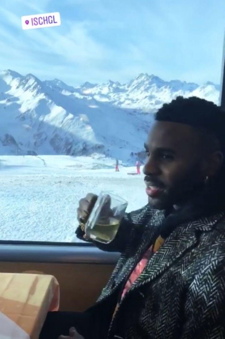 In Ischgl hat Jason Derulo beste Aussicht auf die schöne Schneelandschaft.