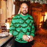 """Als lebender Weihnachtsbaum zeigt sich Steven Gätjen bei """"Lenas Christmas Dinner Party"""" in Hamburg."""