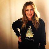 Rita Wilson freut sich über einen Weihnachtspullover mit Tannenbaum und ihrem aufgedruckten Namen.