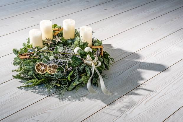 Machen Sie was Ihnen gefällt. Wenn Ihnen also die symmetrische Ausrichtung der Kerzen auf dem Kranz nicht zusagt, können Sie sie einfach asymmetrisch anordnen.