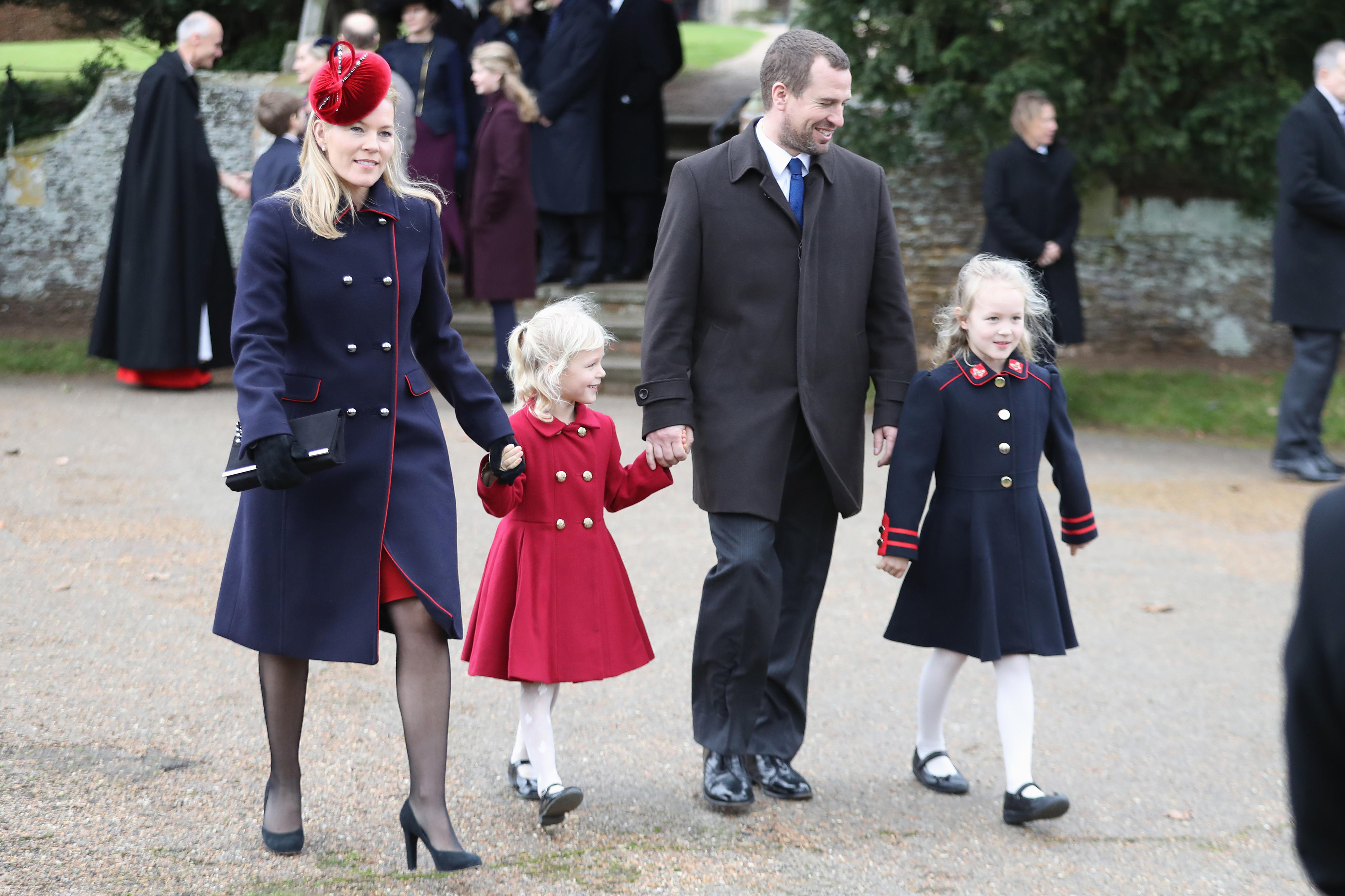 Die Familie von Peter Phillips: Ehefrau Autumn und die KinderIsla (2.v.l.) undSavannah (r.) am 25. Dezember 2017 auf dem Weg zurChurch of St Mary Magdalene