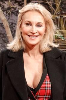 """Heißer Auftritt bei eisigen Temperaturen: Caroline Beil glänzt in Berlin auf der Europa-Premiere des Filmes """"Bord Vox"""" nicht nur mit einem sexy Outfit, sondern auch mit einer neuer Frisur. Die 52-Jährige trägt ihr Haar jetzt deutlich kürzer und auch etwas heller. Steht ihr!"""