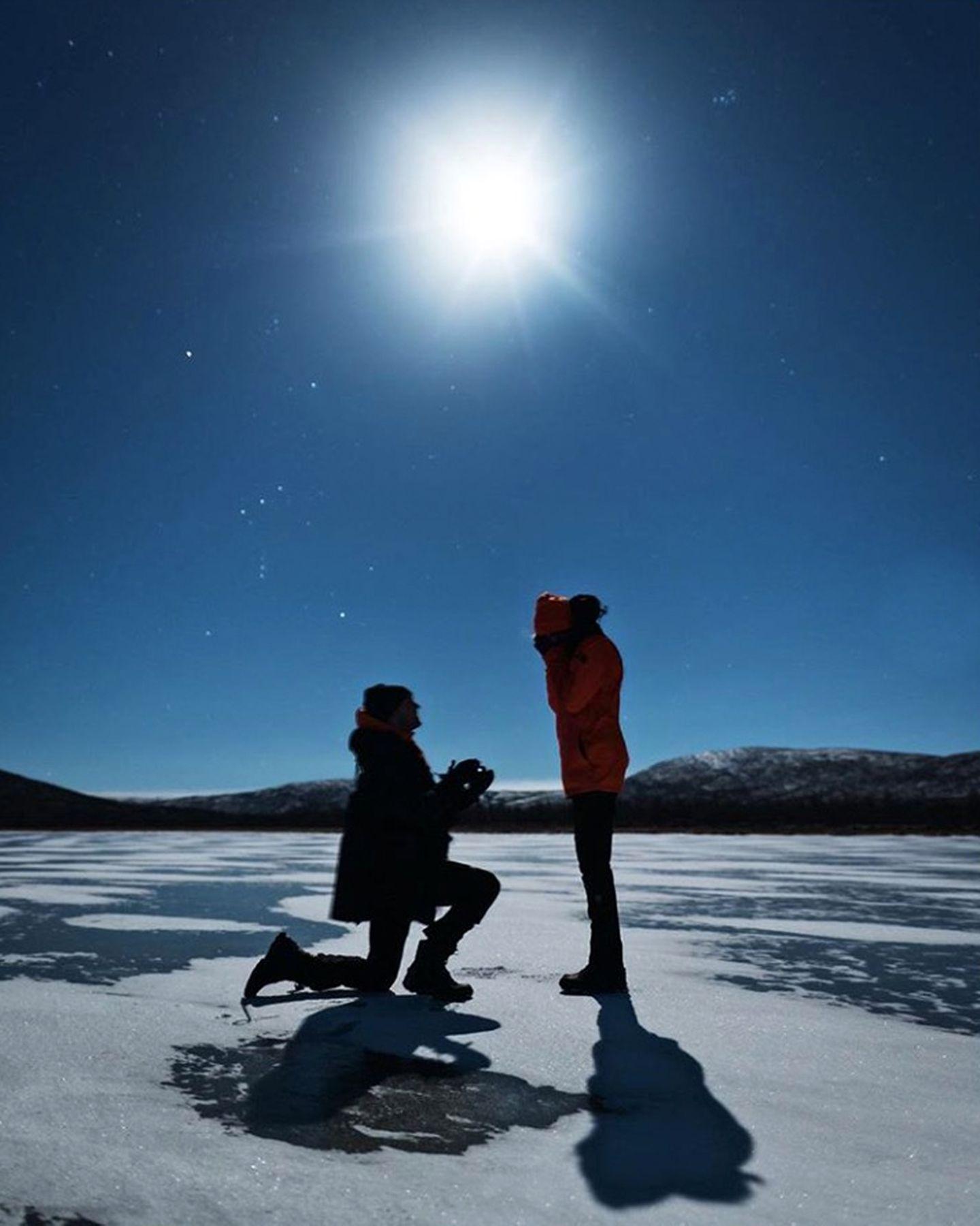 """Vor traumhafter schöner Winterkulisse in Finnland machte der Sänger Alexander DeLeon seinem Engel, Topmodel Josephine Skriver einen Antrag. Wie hätte sie da """"Nein"""" sagen können?!"""