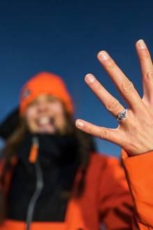 Und nicht nur der Antrag war mehr als romantisch, auch der diamantbesetzte Verlobungsring von Josephine kann sich sehen lassen. Wir gratulieren ganz herzlich!