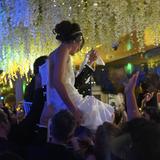 """29. November 2018  Die Zeremonie findet Berichten zufolge in kleinstem Freundes- und Familienkreis in Beverly Hills statt. Dafür hatdas Paar das chinesische Edel-Restaurant """"Mr. Chow"""" gemietet und mit üppigen weißen Blumen dekoriert, die von der Decke hängen und in riesigen Sträußen auf den Tischen platziert sind."""