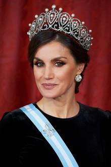 Die Schatzkammer der spanischen Königsfamilie ist groß, und Letizia kann immer mal wieder mitneuen alten Schmuckstücken glänzen. Das Schleifen-Diadem von Königin Maria Christina war ein Hochzeitsgeschenk für die Erzherzogin von Österreich, die 1897 König Alfons XII. heiratete. Das Prachtdiadem von Cartier - aus Platin, Diamanten und Perlen gefertigt - ist aber besser bekannt als das Hochzeitsdiadem von Infantin Pilar, der Schwester des ehemaligen König Juan Carlos, die im Mai 1967Luis Gomez-Acebo ehelichte. Auch ihre Tochter Simoneta trug das Diadem zu ihrer Hochzeit. Danach tauchte es 2006 wieder auf dem royalen Haupt von Königin Sofia auf, was die Besitzverhältnisse klargestellt haben dürfte. Beim Gala-Dinner für den chinesischen Präsidenten Xi Jinping debütierte Letizia im November 2018 diesen Hochkaräter.