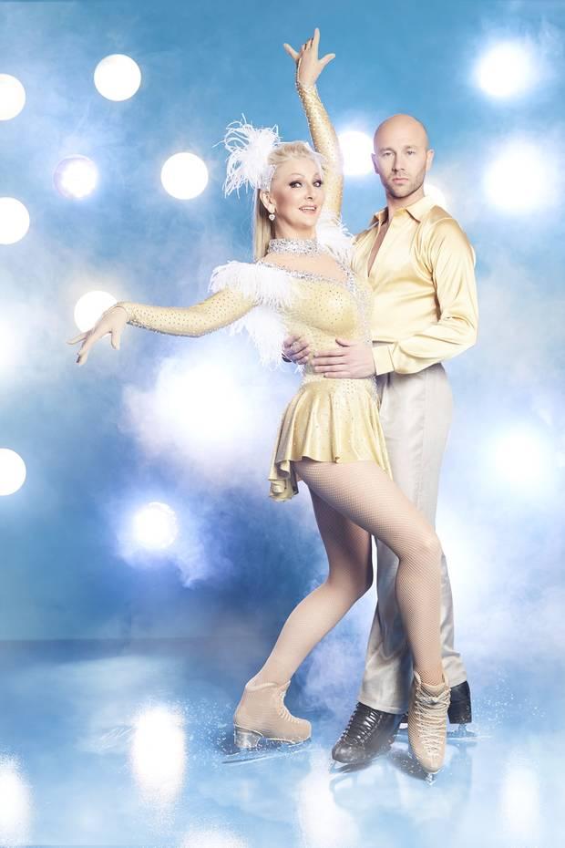 """Désirée Nick  Sie ist nicht nur Kabarettistin und TV-Star, sondern auch eine ausgebildete Ballerina – das dürfte fürDésirée Nick bei ihrer Teilnahme an """"Dancing on Ice"""" ein großer Vorteil sein. Ihr Tanzpartner ist Alexander Gazsi, der schon mehrfach deutscher Meister im Eistanz wurde."""