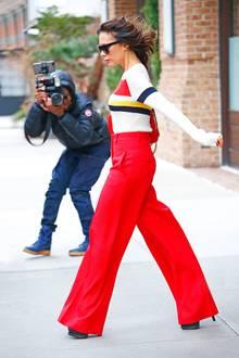 Aber Victoria lässt sich als Style-Profi weder vom stürmischen Wind noch von den Paparazzi aus der Ruhe bringen.