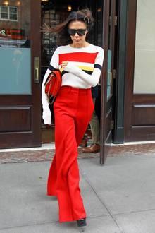 Richtig schön windig ist es in New York, als Style-Queen Victoria Beckham im gestreiften Top und mit leuchtend roter Marlene-Hose ihr Hotel verlässt.