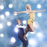 John Kelly  Dass John Kelly auf der Bühne rocken kann, wissen wir mittlerweile. Doch beherrscht er auch den Tanz auf dem Eis? Mit der Eiskunstlaufmeisterin Annette Dytrt hat er zumindest schon mal sehr gute Chancen.