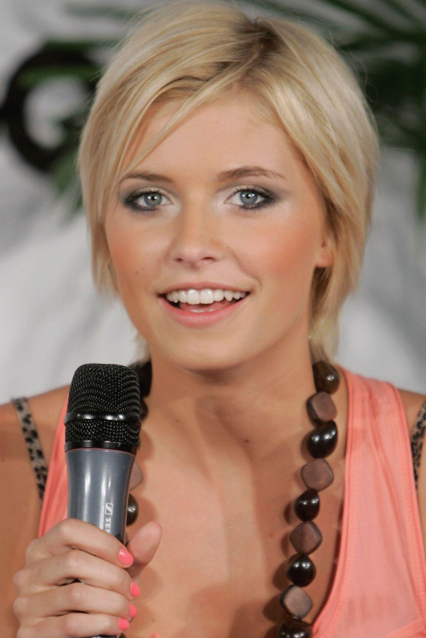 """2006  Gerade erst wurde Lena Gercke von Heidi Klum zu """"Germany's NextTopmodel"""" gekürt. Während der Show musste sie sich von ihrem langen Haar verabschieden. Heidi verpasste ihr einen Kurzhaarschnitt, den sie nun trägt."""