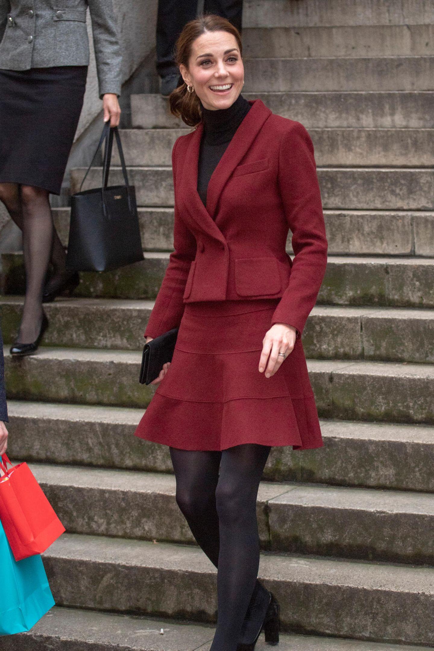 Auch Herzogin Catherine stattet einer Londoner Uni an diesem Tag einen Überraschungsbesuch ab. Sie wählt ebenfalls einen weinroten Look: Ihr Ensemble bestehend aus Blazer und Rock stammt aus der Feder der französischen Designerin Paule Ka.