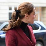 Ihre Schwägerin entscheidet sich an diesem Tag ebenfalls für ein auffälliges Haar-Accessoire. Sie trägt eine schwarze Schleife aus Samt - das Haarband von J.Crew ist mittlerweile komplett ausverkauft.