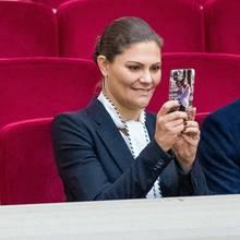Prinzessin Victoria trägt ihre beiden Kids Estelle und Oscar immer bei sich. Ein süßes Bild der beiden Kleinen schmückt die Handyhülle der stolzen Mama.