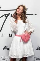 Frühlingsgefühle Ende November: Sarah Lombardi zeigt sich auf dem Launch-Event von Beetique in einem sommerlichen Look mit romantischen Details. Es liegt offenbar Liebe in der Luft ...