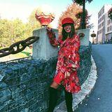 Rot sehen wir bei diesem Look von Sängerin Sarah Lombardi auf keinen Fall. Zu einem sommerlichen Blumenkleid kombiniert sie angesagte Overknees und eine Mütze - ein cooler Look für die Übergangszeit.