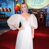 """Emily Blunt bezaubert bei der Weltpremiere von """"Mary Poppins' Rückkehr in London nicht nur als die neue Supernanny, auch ihr weißer Red-Carpet-Look von Yanina Couture ist einfach supercalifragilisticexpialigetisch!"""