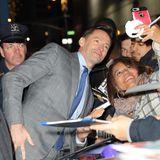 Auf dem Weg zu einer Talkshow in new York stellt sich Hugh Jackman noch schnell in die tobende Fan-Menge und macht ein lustiges Selfie mit den wartenden Ladies.