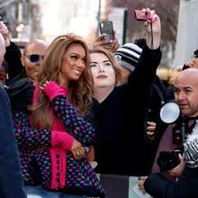 Auf dem Weg zu einem Termin in New York nimmt sich Tyra Banks Zeit für ihre Fans. Da darf ein fröhliches Selfie zur Erinnerung nicht fehlen.